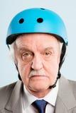 Grappige mens die het cirkelen echte de mensen hoge defin dragen van het helmportret royalty-vrije stock fotografie