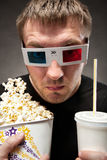 Grappige mens die op 3D film let Stock Afbeelding