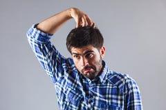 Grappige mens die terwijl scratchin zijn hoofd denken Royalty-vrije Stock Foto's