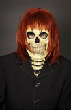 Grappige mens in masker een schedel en een pruik Stock Afbeeldingen