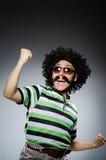 Grappige mens met afrokapsel op wit Stock Foto