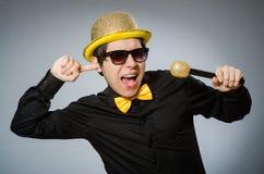 Grappige mens met mic in karaokeconcept Royalty-vrije Stock Afbeelding