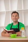 Grappige mens in schort het koken Stock Foto's