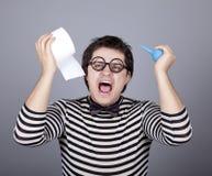Grappige mensen die clyster en toiletpapier houden. Royalty-vrije Stock Foto's