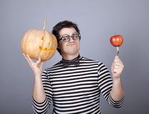 Grappige mensen die pompoen en appel houden Royalty-vrije Stock Afbeelding