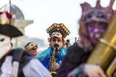 Grappige mensensaxofonist stock fotografie