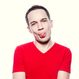 Grappige modieuze jonge mens die tong tonen Royalty-vrije Stock Fotografie