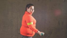 Grappige mooie te zware vrouw die met domoren uitwerken stock video