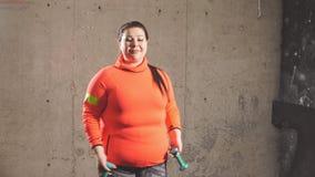 Grappige mooie te zware vrouw die met domoren uitwerken stock footage