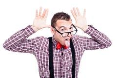Grappige nerd die uit tong plakken Stock Foto