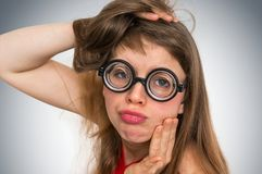 Grappige nerd of geek vrouw met seksuele uitdrukking op gezicht stock afbeelding
