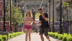 Grappige ogenblikken op de datum Gelukkig paar die bij de straat lopen stock videobeelden