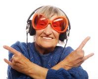 Grappige oude dame het luisteren muziek royalty-vrije stock foto