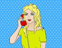 Grappige pop-artwijnoogst Meisje die op de telefoon spreken Grappige boek Retro stijl Technologie en mededeling Stock Afbeelding