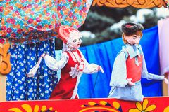 Grappige poppen in het poppentheater op Shrovetide royalty-vrije stock afbeeldingen