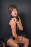 Grappige rijpe vrouw in minikleding Stock Afbeelding