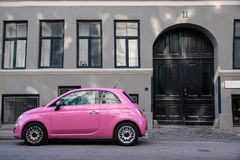 Grappige roze auto Stock Afbeeldingen
