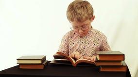 Grappige scène: de jongen vindt één dollarbankbiljet tijdens lezing stock videobeelden