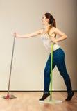 Grappige schoonmaakster die vloer het dansen dweilen Stock Foto's