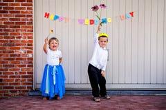 Grappige siblings die met huwelijksdag gelukwensen royalty-vrije stock foto's