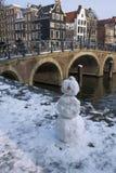 Grappige sneeuwman dichtbij de historische brug stock foto's