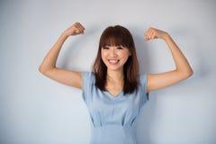 Grappige sterke spier Aziatische vrouw royalty-vrije stock afbeeldingen