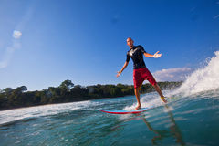 Het surfen van een golf stock afbeeldingen