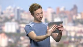 Grappige tiener die via tabletpc spreken stock footage
