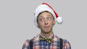 Grappige tienerkerel in Santa Claus-hoed stock footage