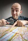 Grappige toerist die kaart ontdekt Royalty-vrije Stock Foto
