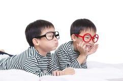 Grappige tweeling die op het bed liggen Royalty-vrije Stock Fotografie