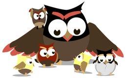 Grappige uilen, mamma en kleine kuikens rond haar royalty-vrije illustratie