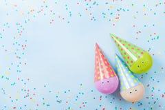 Grappige verjaardag of partijachtergrond Kleurrijke ballons en confettien op de blauwe mening van de lijstbovenkant Vlak leg De k royalty-vrije stock afbeelding