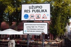 Grappige verkeersteken op republiek Uzupis in Oude Stad, Vilnius, Lithuan Royalty-vrije Stock Foto's