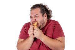 Grappige vette mens die klein croissant op witte achtergrond eten Goedemorgen en ontbijt stock foto