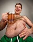 Grappige vette mens met glas bier royalty-vrije stock fotografie