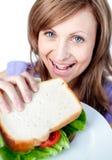 Grappige vrouw die een sandwich houdt stock fotografie