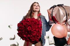 Grappige vrouw die luid terwijl geld die rond vallen lachen royalty-vrije stock afbeeldingen