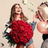 Grappige vrouw die luid terwijl geld die rond vallen lachen stock foto's
