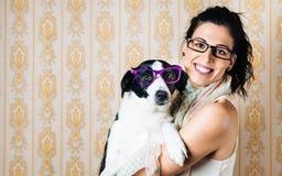 Grappige vrouw en hond met glazen Stock Afbeeldingen