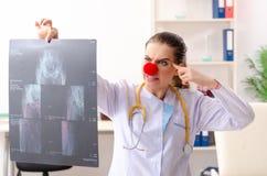 Grappige vrouwelijke arts die in de kliniek werken stock afbeelding