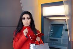 Grappige Winkelende Vrouw die een Stuiver voor ATM houden stock afbeeldingen