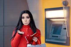 Grappige Winkelende Vrouw die een Stuiver voor ATM houden royalty-vrije stock foto's