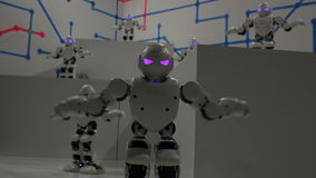 Grappige witte dansende robots stock videobeelden