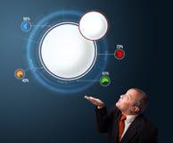 Grappige zakenman die abstract modern cirkeldiagram met exemplaar voorleggen Royalty-vrije Stock Afbeelding