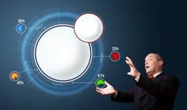Grappige zakenman die abstract modern cirkeldiagram met exemplaar voorleggen Stock Foto's