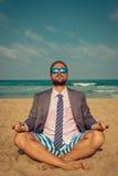 Grappige zakenman op het strand Stock Afbeeldingen