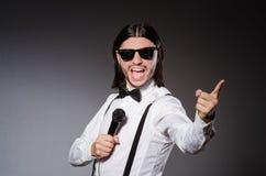 Grappige zanger met microfoon Stock Afbeeldingen