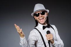 Grappige zanger met microfoon Stock Foto's