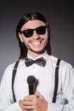 Grappige zanger met microfoon Royalty-vrije Stock Fotografie